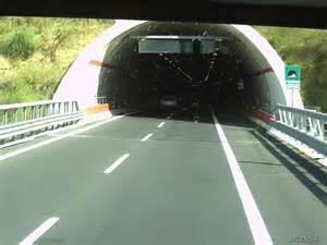 «Gallerie autostradali sempre al buio.  Ma Renzi sogna ilponte»
